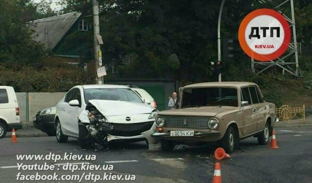 """У Києві """"поцілувались"""" ВАЗ та Mazda"""