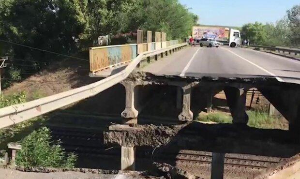 """Гаряча штучка на руїнах: дніпровська модель побешкетувала на """"втомленому"""" мосту у Харкові, - чоловіки, тримайтеся"""