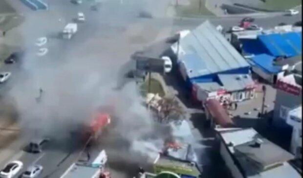 В Киеве пылает закрытая на карантин пиццерия, огонь перекинулся на соседние здания - видео