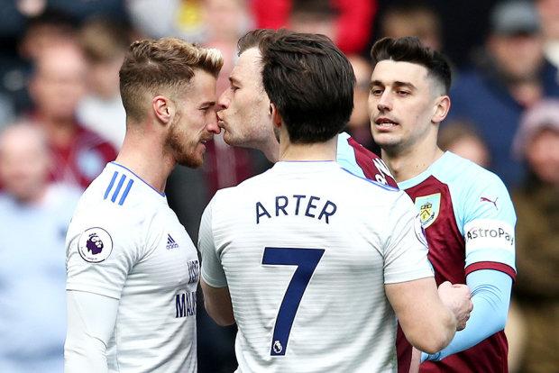 Футболист поцеловал соперника во время матча и поплатился в ту же минуту: видео