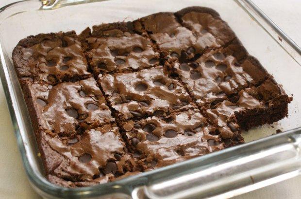 Брауні з потрійним шоколадом для справжніх фанатів десертів