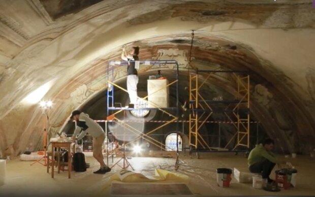 В ужгородском соборе реставрируют древние фрески: Бог улыбается на небесах