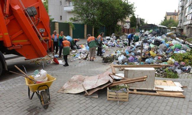 Львів'ян переселили на смітник: роздовбані вулиці та купи непотребу, - кадри тотального свинства
