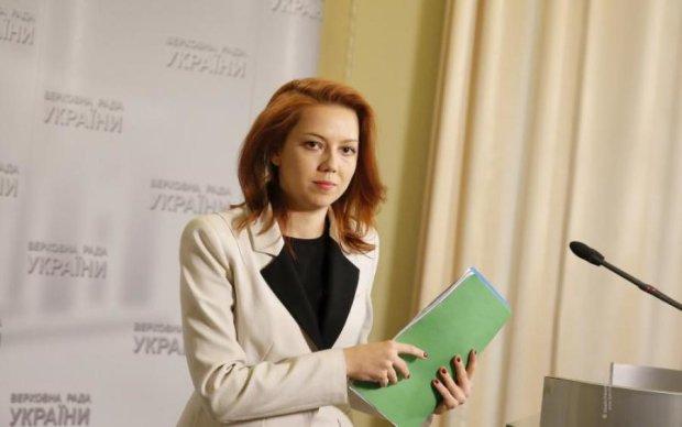 Молоденька депутатка блиснула сумочкою за 4 тис. грн, що вийшла з моди