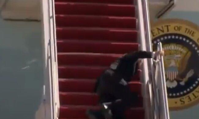 Джо Байден падає, скріншот відео