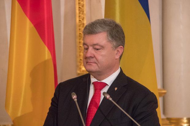 К Порошенко нагрянули с обыском: что ищут в карманах бывшего президента