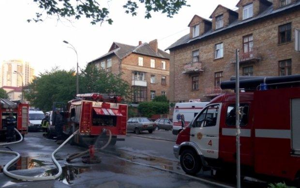 Крупный пожар выгнал на улицу десятки киевлян