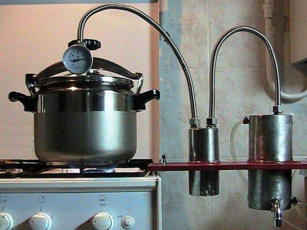 У Росії скуповують самогонні апарати та записуються на курси самогоноваріння