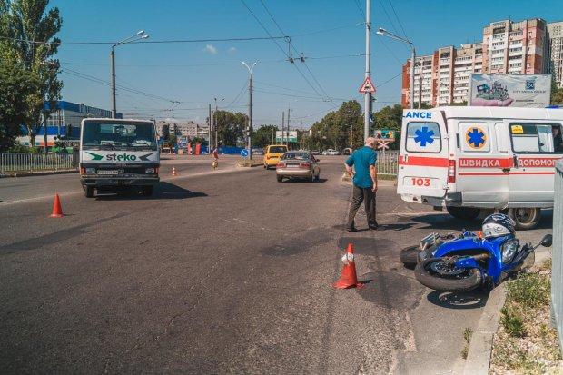 """В Днепре грузовик """"отфутболил"""" мотоциклиста: родился в рубашке, подробности аварии"""