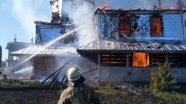Під Франківськом спалахнула древня церква, молитвами не обійшлося: рятувальники  сотворили диво