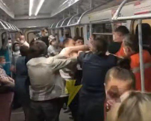 """""""Голый"""" харьковчанин нарвался на мощного ляща в метро: """"Маска где?"""""""