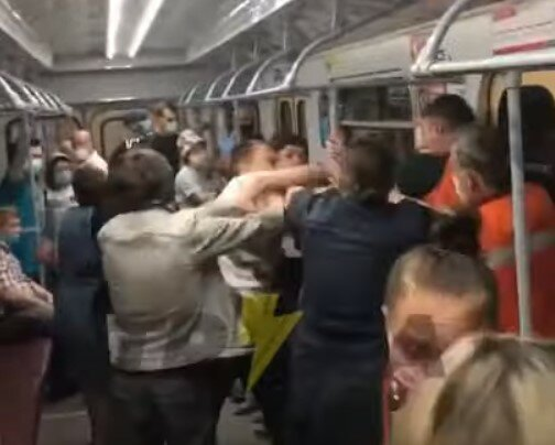 """Голий"" харків'янин нарвався на потужного ляща в метро: ""Маска де?"""