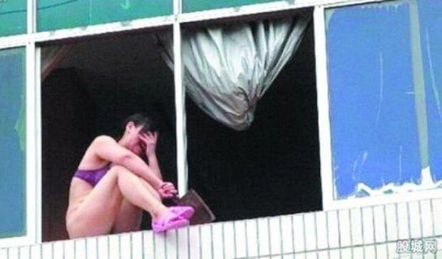 Толпа людей в Китае убедила самоубийцу спрыгнуть с 10-го этажа