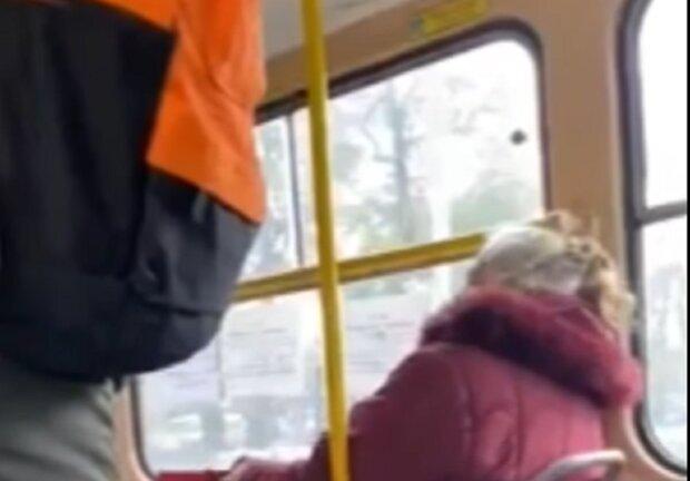 Чоловік накинувся на пенсіонерку, кадр з відео: Facebook