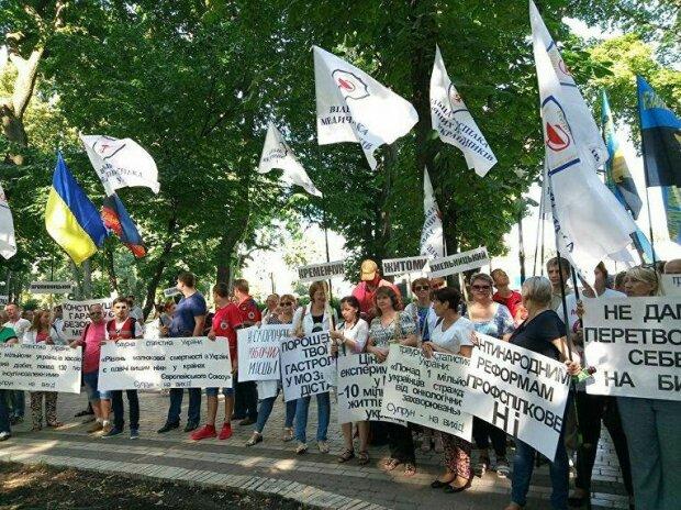 Під Франківськом на вулиці вийшли сотні людей, так жити не можна: що вимагають білі халати
