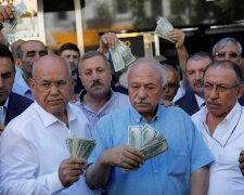 Люди с долларами, фото из свободных источников
