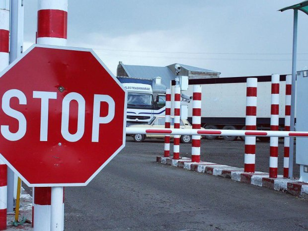 Військові повністю заблокували Донбас, в'їзд і виїзд заборонено, але є одна деталь