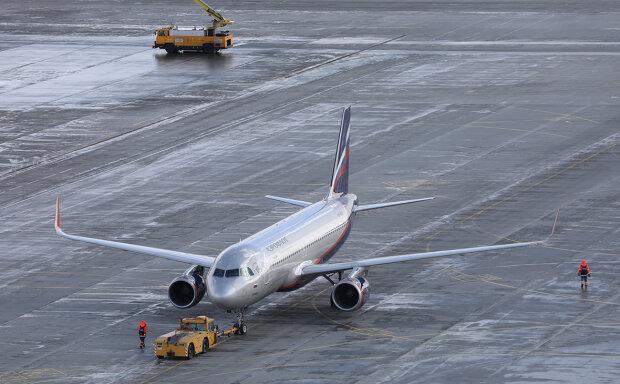 """У столичному аеропорту зіткнулися пасажирські лайнери: фото небезпечного """"вітання"""""""