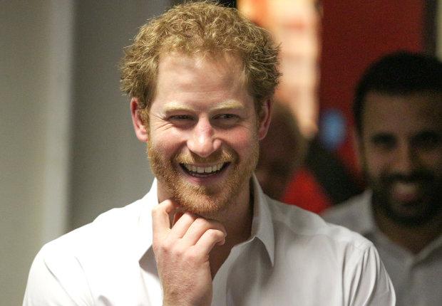 Принц Гарри целуется с девушками на глазах у Меган Маркл: видео