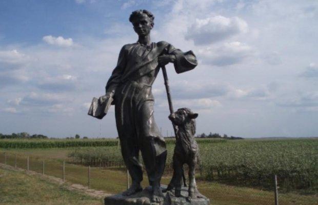 У рідному селі Шевченка розбили і украли його пам'ятник