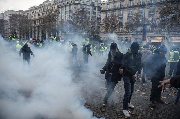 Милиция  Парижа применила слезоточивый газ против демонстрантов вцентре французской столицы