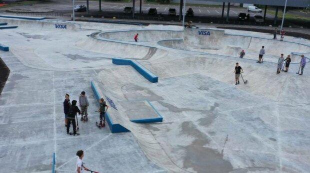 В Киеве на ВДНХ открыли современную локацию для уличных спортсменов: урбан-парк для любителей экстрима