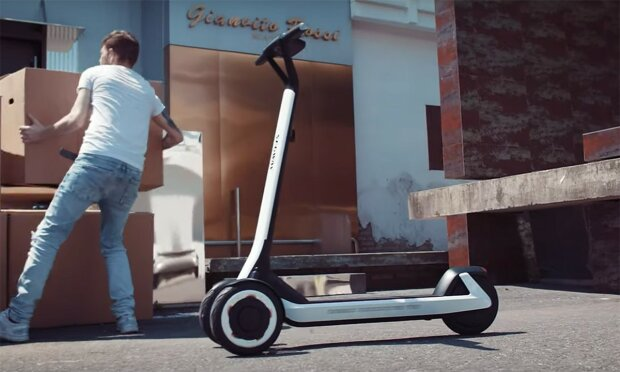 Додому на автопілоті: з'явився перший електросамокат, який доставить вас з корпоративу чи весілля вчасно і без сорому