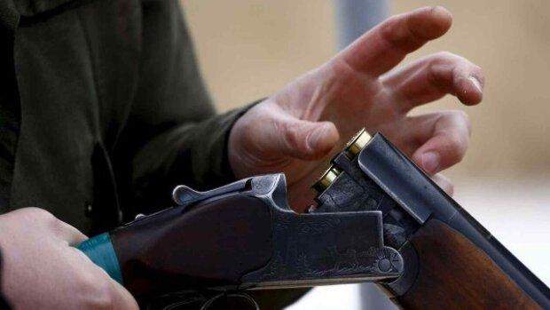 Жити набридло: на Прикарпатті пенсіонер вистрелив собі голову з рушниці, але не помер