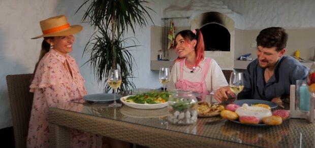 Катя Осадчая, MamaRika и Сергей Середа, скриншот из видео