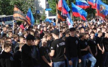 zastavil-razdevatsya-plennuyu-devushku-molodoy-i-vzroslaya-zhenshina