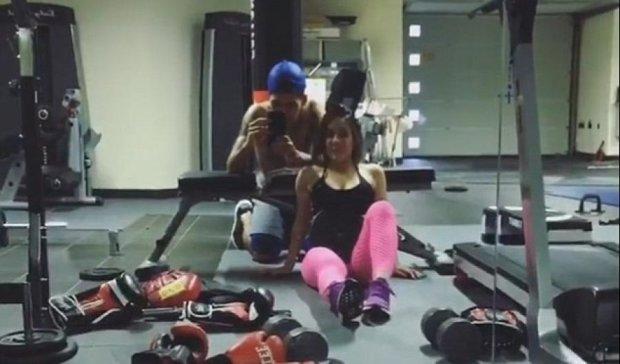 Жена футболиста показала как помогает мужe поддерживать форму