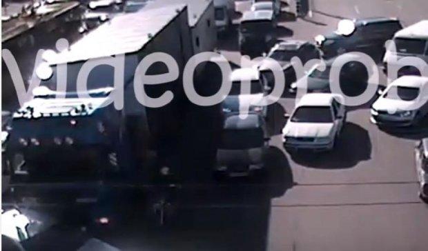 Мстився: київський далекобійник протаранив порушника (відео)