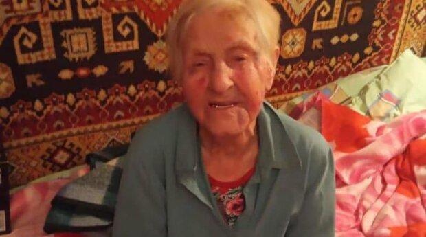 Сиделка жестоко избила 98-летнюю старушку ради денег, на крики сбежались соседи