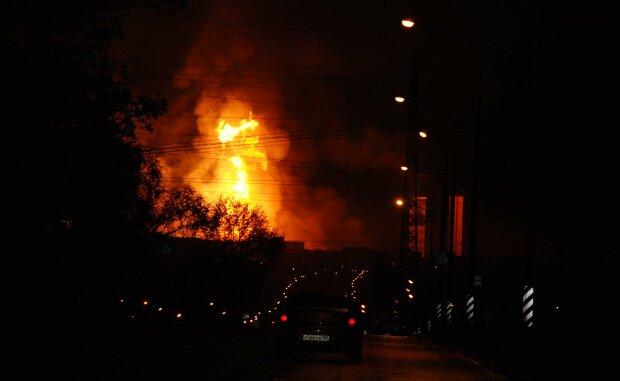 Потужний вибух поставив Київ на вуха: мешканців евакуюють, з'явилися перші фото з місця НП