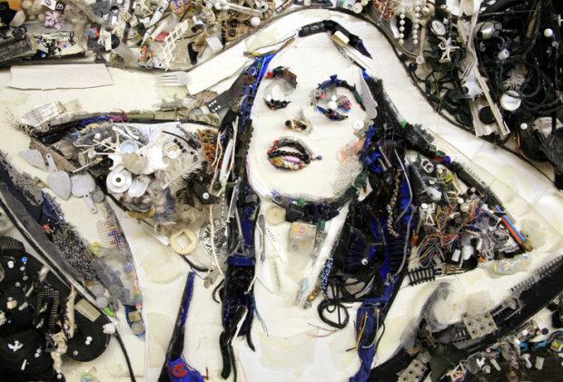 Художник створює неймовірні портрети з купи сміття: відео, після якого ви перестанете вірити очам