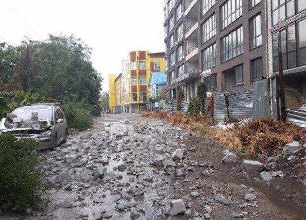 Камені летіли з неба: у Дніпрі розгромили припарковані машини, - водії, закрийте очі