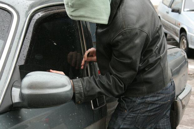 Мільйони водіїв у небезпеці, розкрито підступну схему шахраїв: придивіться уважно на лобове скло
