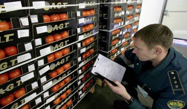 Спасая санкционные помидоры, водитель фуры убежал из России