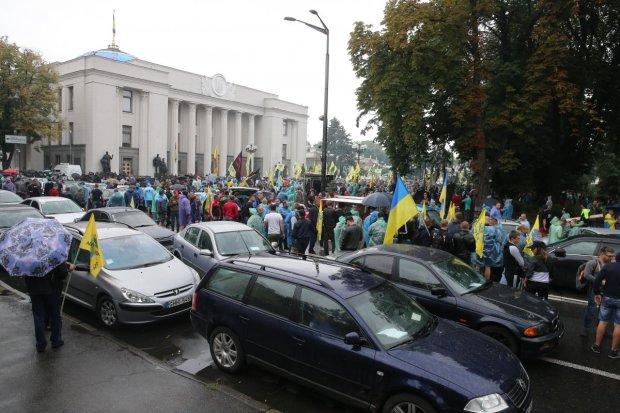 Власть потирает руки: украинцев с евробляхами и без вновь удалось столкнуть лбами