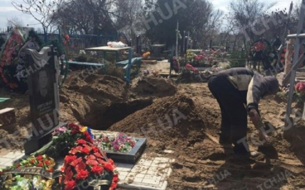 Убийцу Вороненкова похоронили на неприметном кладбище - фото