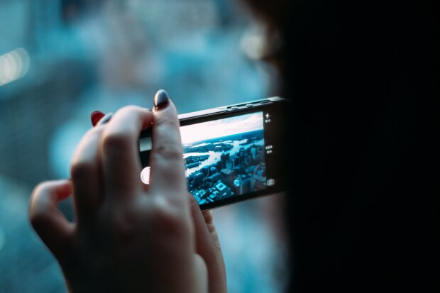 смартфон в руках, фото Pxhere