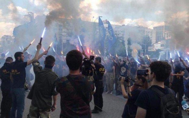 Смерть врагам: радикалы поставили кровавую метку на ТЦ Ocean plaza
