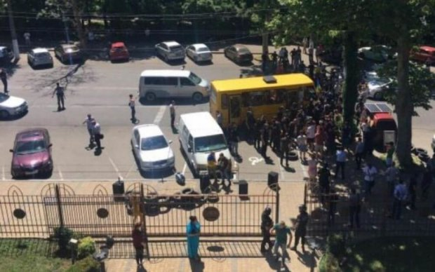 На Одесчине люди атаковали суд, в ход пошли коктейли Молотова