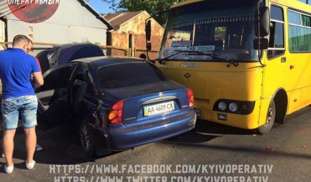 Потрійна ДТП з маршруткою у Києві: дивом ніхто не постраждав (відео)