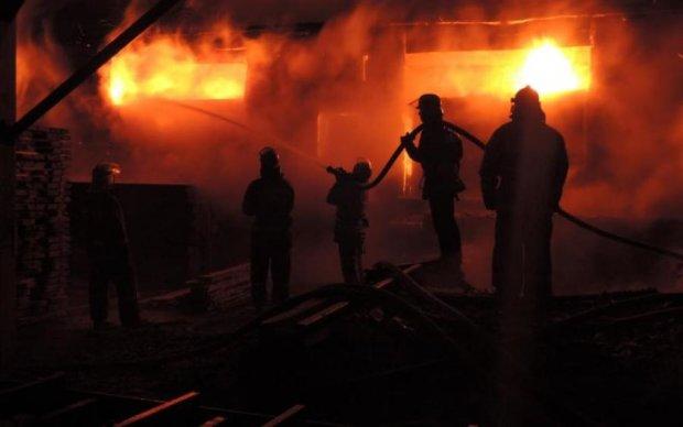 Вибухи і дим до небес: на Київ обрушилася масштабна пожежа
