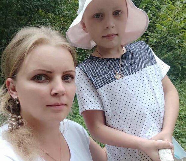 """На Прикарпатье одинокая мама умоляет помочь больной раком малышке: """"Спасите мою Анечку!"""""""