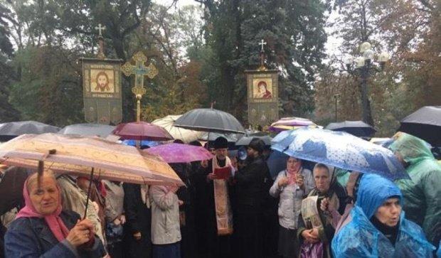 """Верующие вышли на митинг против """"церковного рейдерства"""""""