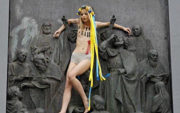 Активістка голяка видерлася на головну київську святиню