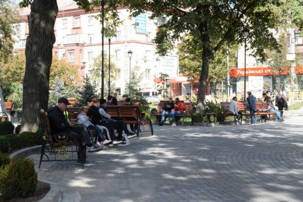 У мережі показали, як у Запоріжжі оновили сквер: посидіти і понюхати 17 мільйонів