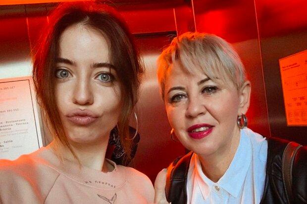 """Дорофєєва зізналася, навіщо літала з красунею-мамою в клініку в Іспанії: """"Хвороба завжди приходить несподівано..."""""""